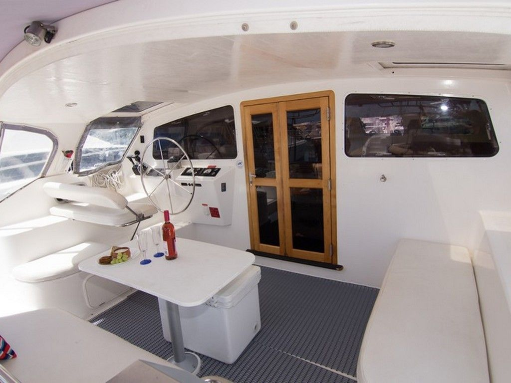 Perry 43 4 Cabin - Aft deck dining and helm