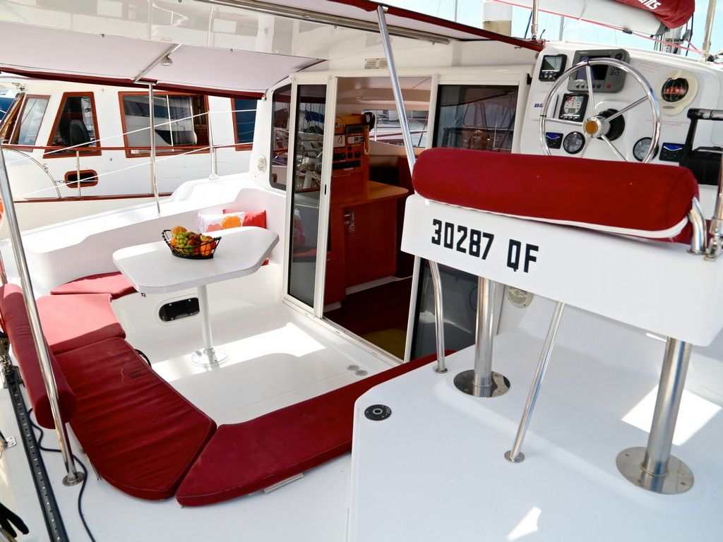 Mahe 36 - Aft deck dining and helm